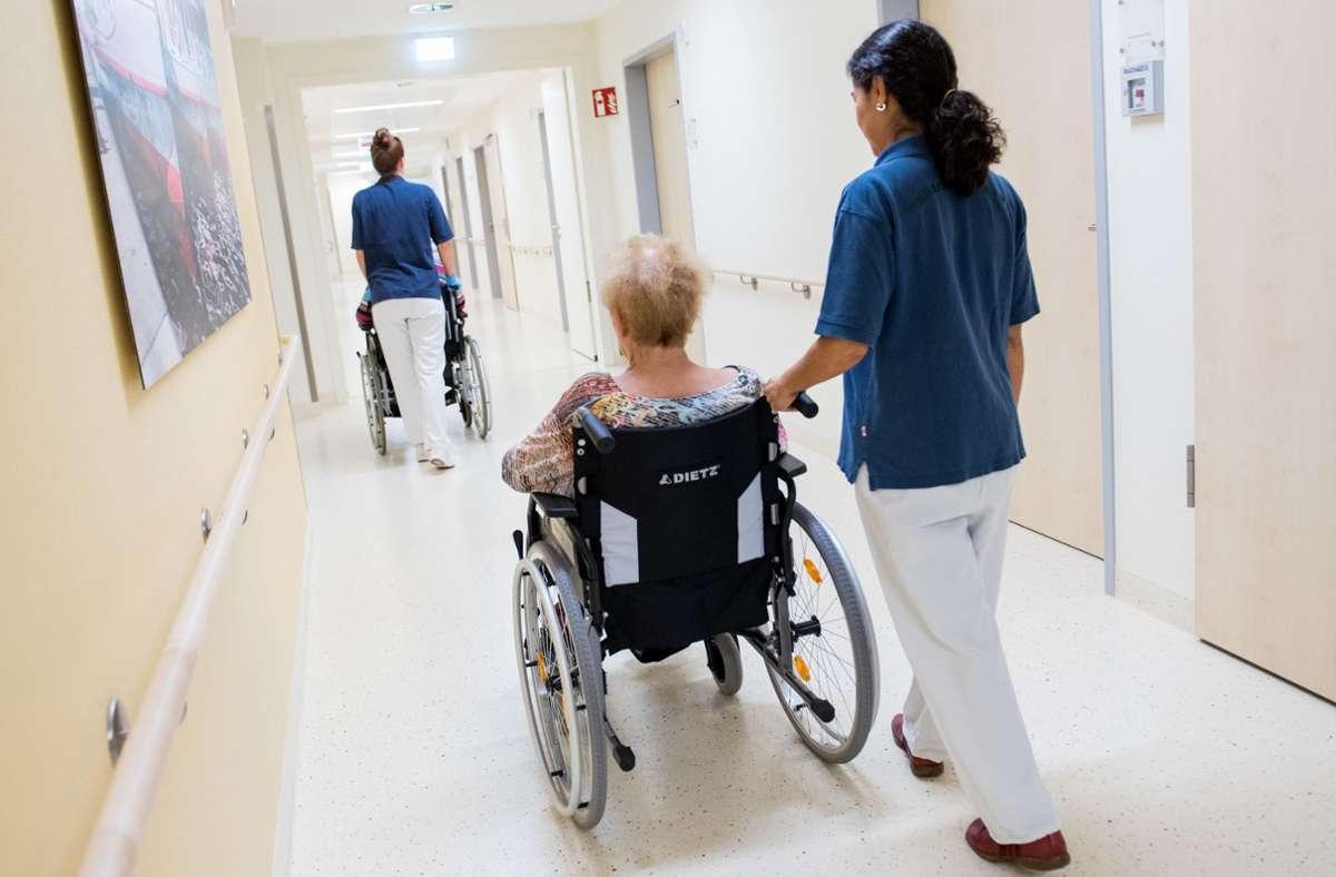 Brauchen Pflegekräfte eine eigene Standesvertretung? Das Vorhaben des baden-württembergischen Sozialministers ist hochumstritten. Foto: dpa/Daniel Bockwoldt