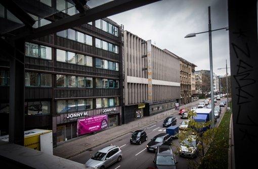 """Das Filmhaus an der Friedrichstraße in Stuttgart soll einem Büro-Neubau weichen. Das stößt nicht nur im Gemeinderat auf Kritik, sondern auch bei Aktivisten der Gruppe """"Follow The White Rabbit"""", die am Dienstag im Umwelt- und Technikausschuss für eine Fristverlängerung für die Mieter des Filmhauses demonstriert haben. In der Fotostrecke zeigen wir Eindrücke von ihrem Protest. Foto: Achim Zweygarth"""