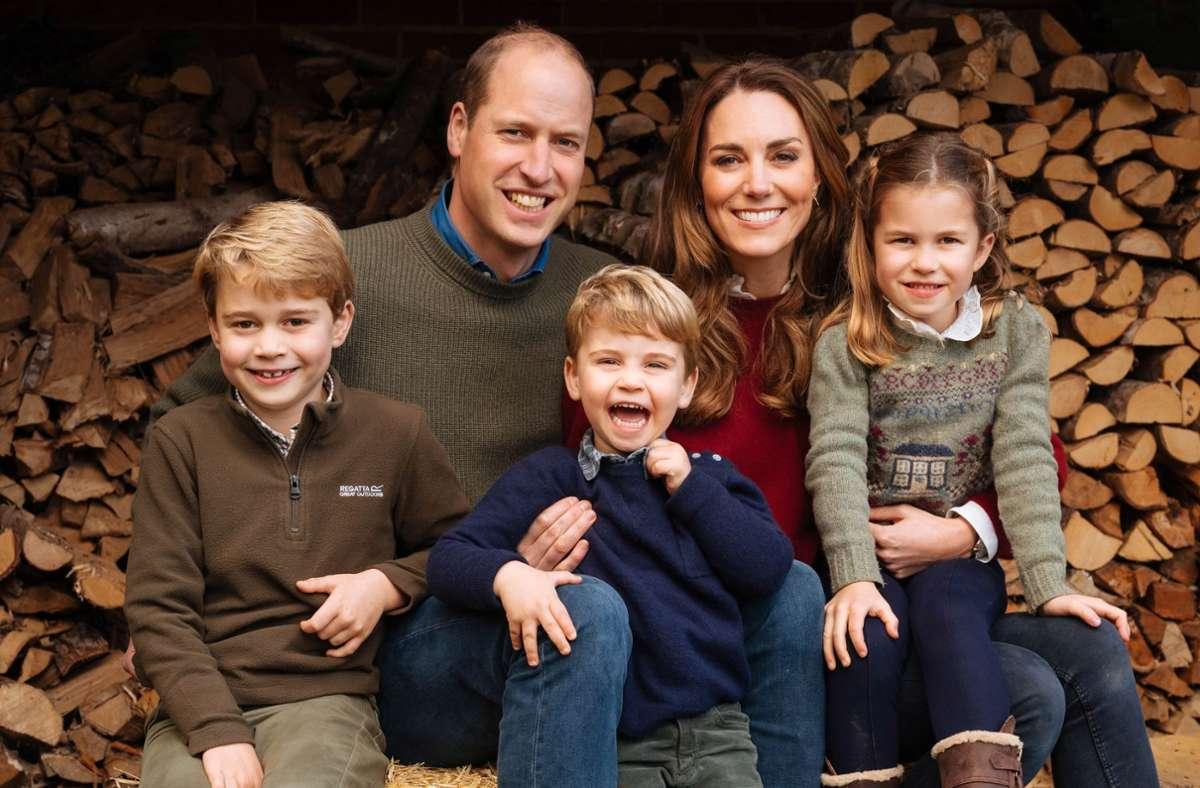 Der Älteste der drei Cambridges: Prinz George (links) mit seinen Eltern Kate und William und seinen Geschwistern Charlotte und Louis. Foto: dpa/Matt Porteous