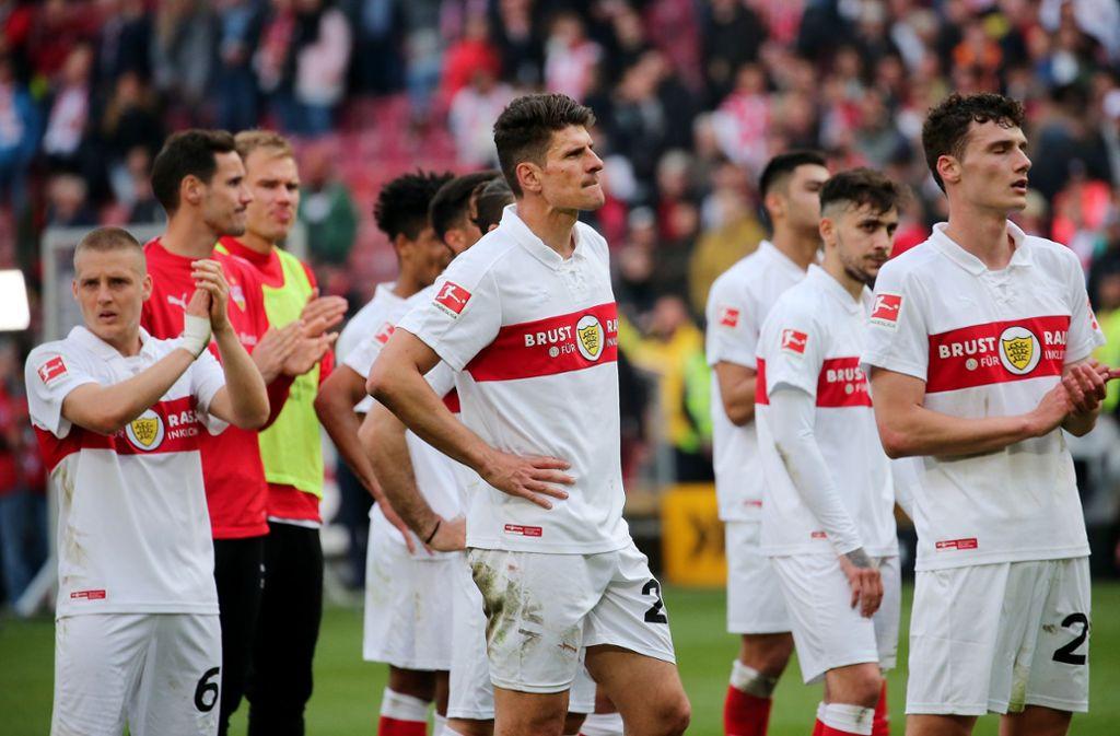 So sieht Enttäuschung aus: Die VfB-Spieler nach dem Abpfiff. Foto: Pressefoto Baumann
