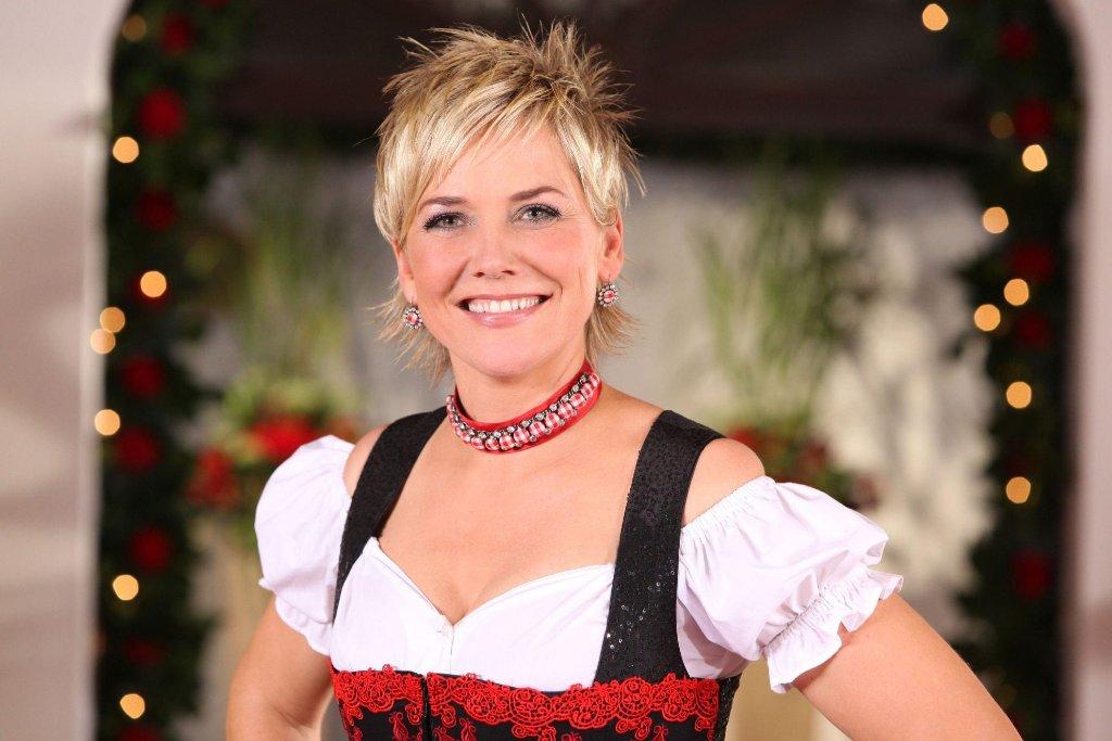 Inka Bause moderiert zum siebten Mal die Kuppelshow Bauer sucht Frau. Foto: RTL / Stefan Gregorowius