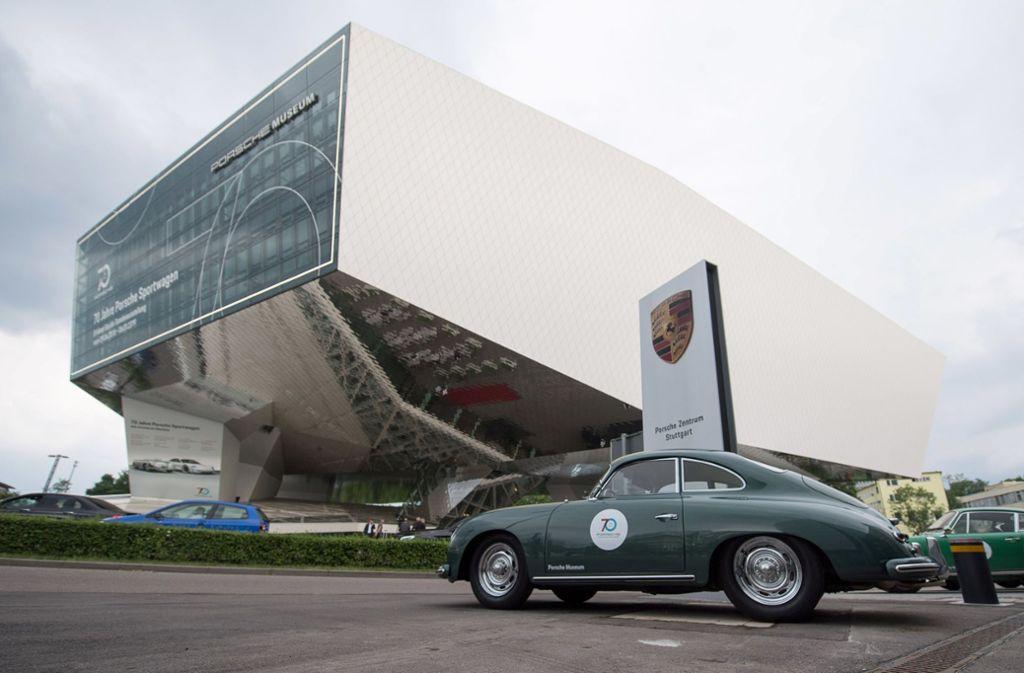 Museumsreifer Klassiker: Ein Porsche der Baureihe 356 parkt vor dem beeindruckenden Museumsbau in Zuffenhausen. Foto: dpa
