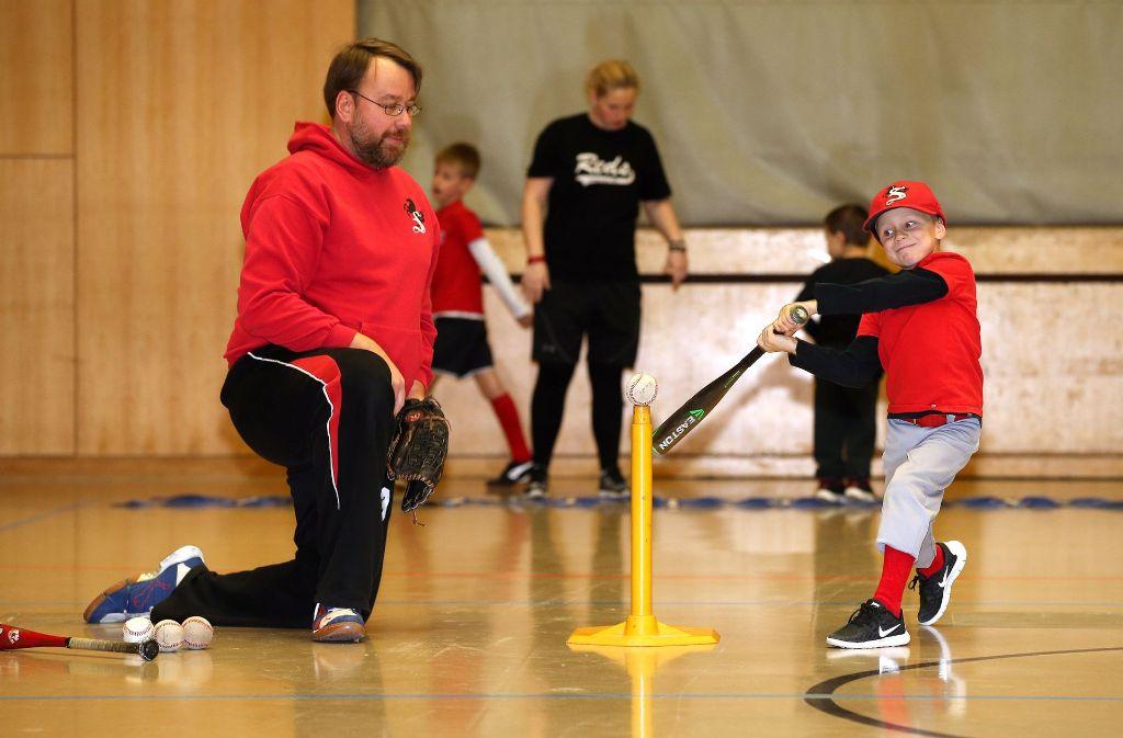 Früh übt sich, wer ein Großer werden will: Der sechsjährige Michel Hundt  von den Stuttgart Reds beim Baseballtraining mit   dem Vorsitzenden und Coach Chris Manske. Foto: Pressefoto Baumann