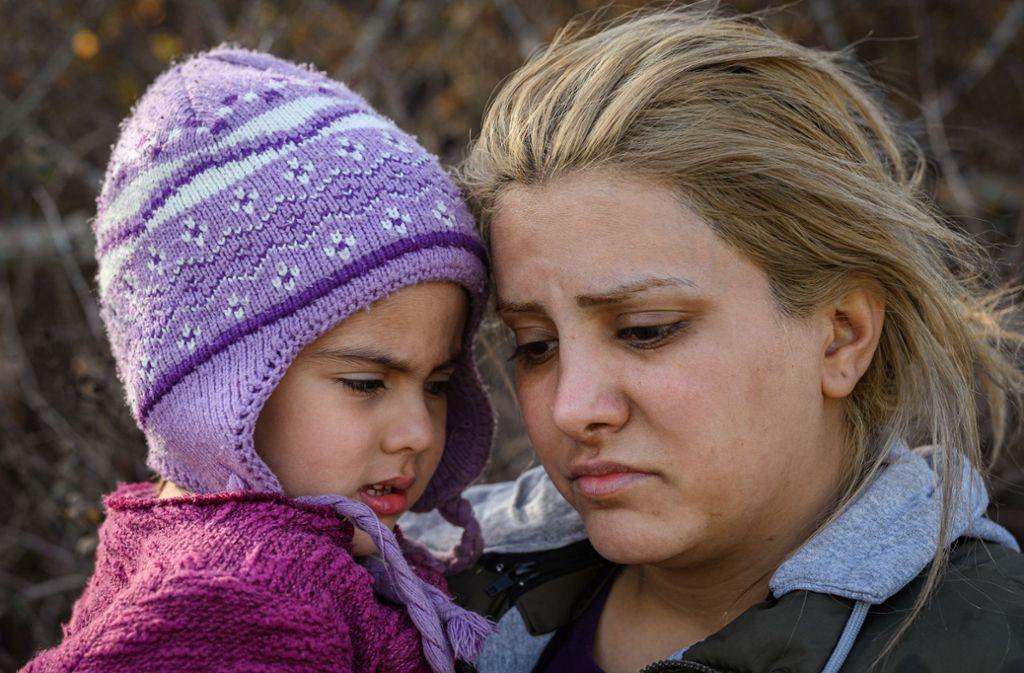 Auch eine Frau aus dem Iran ist mit ihrem Kind in der Grenzstadt Edirne gestrandet. Foto: dpa/Mohssen Assanimoghaddam