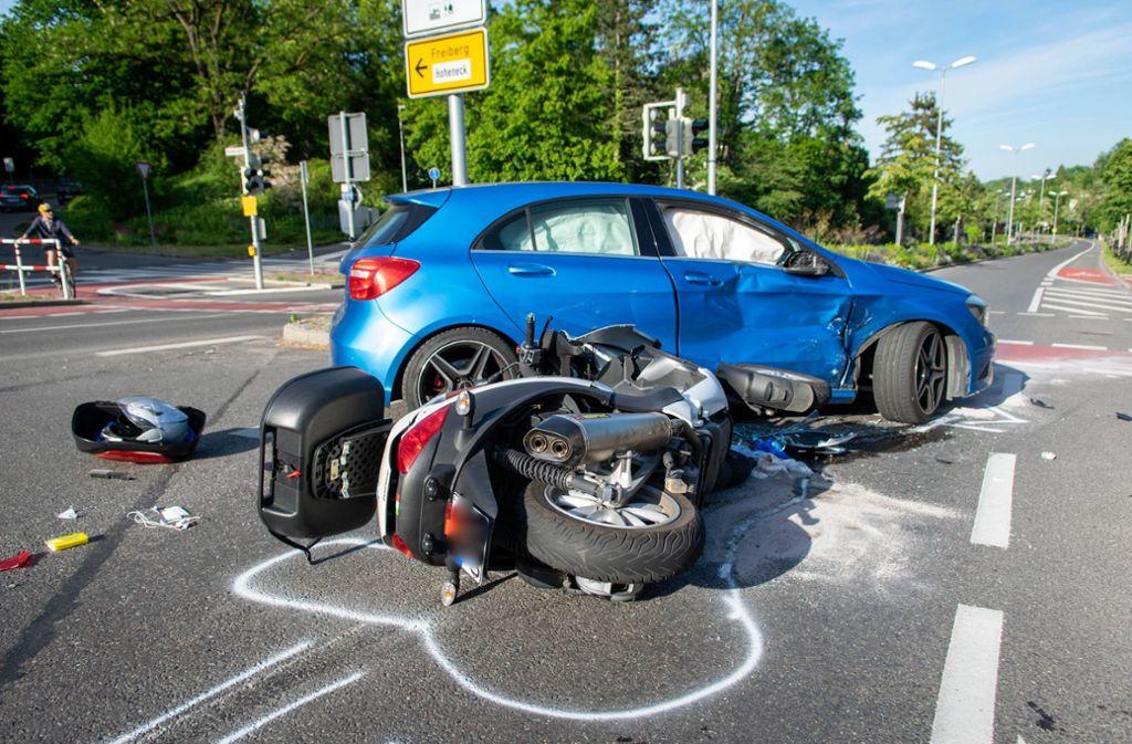 Ein Bild von der Unfallstelle: Der Roller prallte auf die Beifahrertür des Wagens. Foto: 7aktuell.de/Nils Reeh/7aktuell.de | Nils Reeh