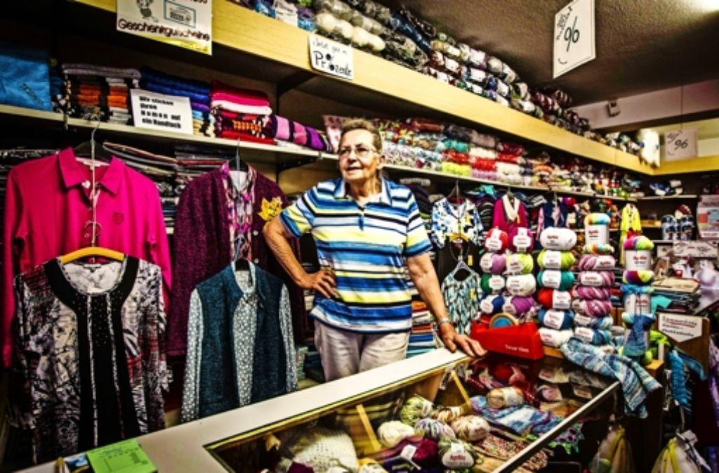 Hedwig Knauf ist mit dem Textilwarenladen ihrer Mutter aufgewachsen – wie später ihre vier Kinder. Deren Kinder wiederum sitzen   heute oft bei der Oma im Laden und stricken. Foto: Lichtgut/Leif Piechowski