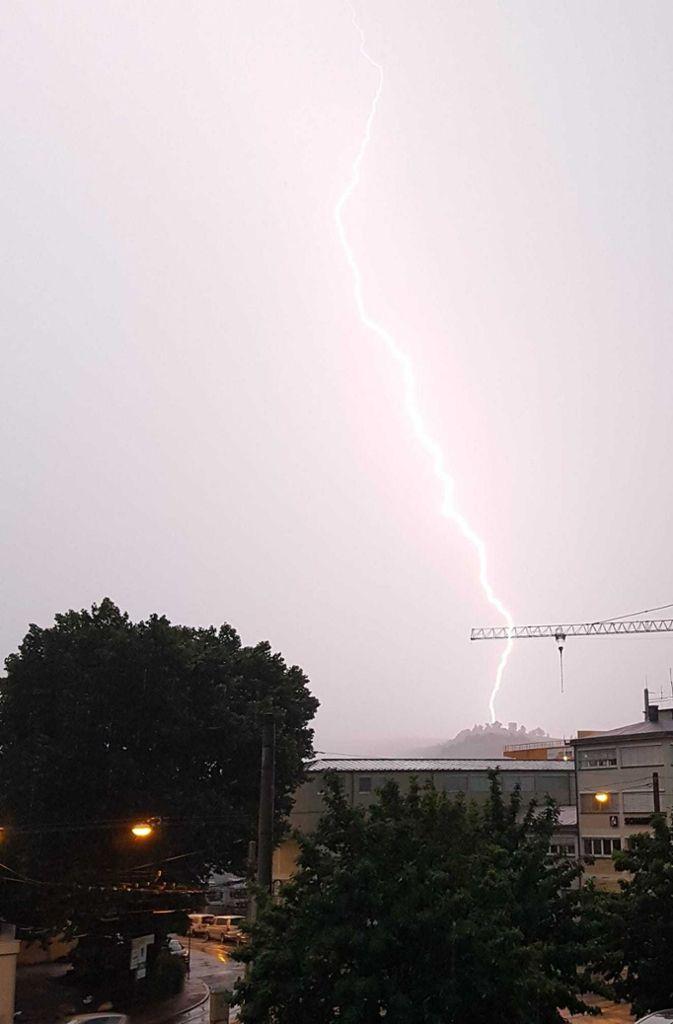 Ein Blitz erleuchtet den Himmel über Stuttgart und schlägt in der Nähe der Grabkapelle ein. Foto: Petra Schöhofen
