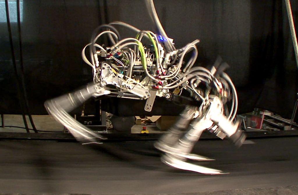 Roboter werden heutzutage in vielen Bereichen eingesetzt. Smarte Software kann aber auch an Bürostühlen sägen. Foto: dpa