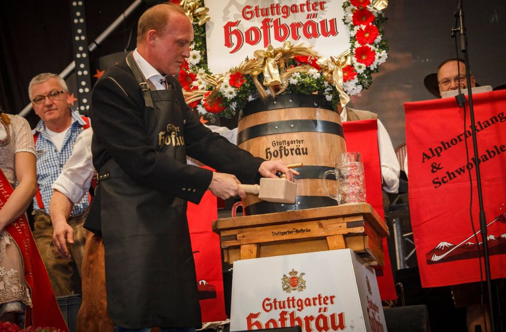 Mit vier Schlägen von Finanzbürgermeister Fuhrmann floss das Bier. Foto: 7aktuell.de/Daniel Boosz