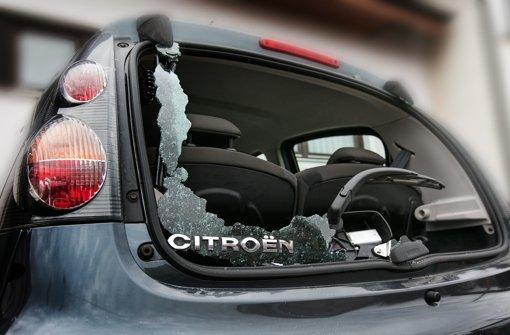 Täter beschädigen mehr als 100 Fahrzeuge