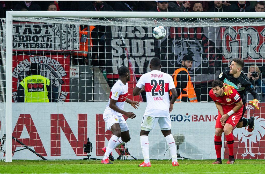 Kuriose und vielleicht entscheidende Szene: Das VfB-Eigentor führt zum Führungstreffer der Gastgeber. Foto: dpa/Guido Kirchner