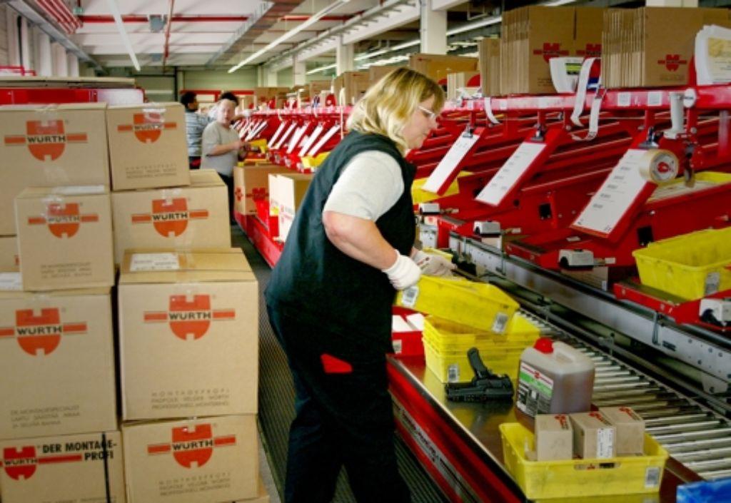 Würth ist auch ein Logistikkonzern: Auf unserem Bild verpackt eine Mitarbeiterin in Künzelsau von Kunden bestellte Ware. Foto: