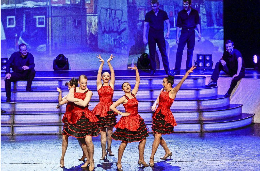 Die Kostüme stimmen, Ausdruck und Stimme sowieso: Die Musical-Darsteller  überzeugen in der Stadthalle mit ihrem Können. Foto: factum/Bach