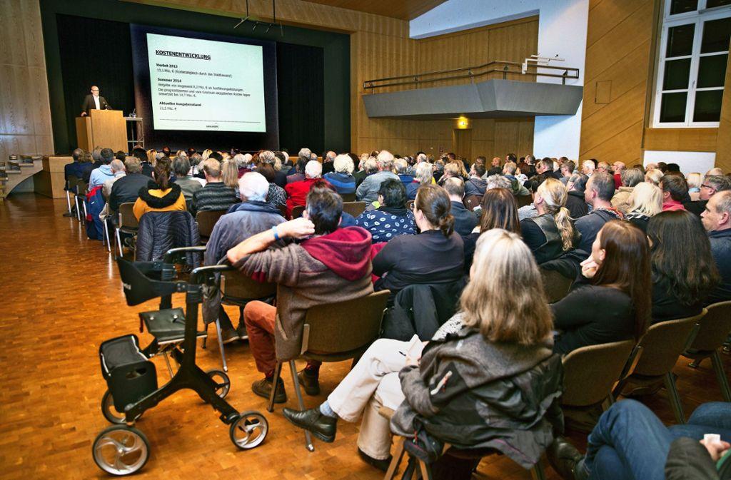 Rund 400 Menschen haben sich von Oberbürgermeister Frank Dehmer (am Rednerpult)  die Mängel erklären lassen. Foto: /Horst Rudel