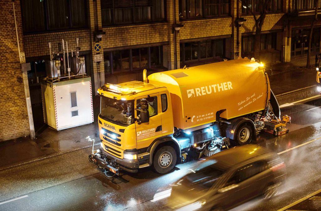 Spezialfahrzeuge sollen an der Feinstaubmessstelle Neckartor auch künftig die Fahrbahnen nass reinigen. Foto: Lichtgut/Max Kovalenko