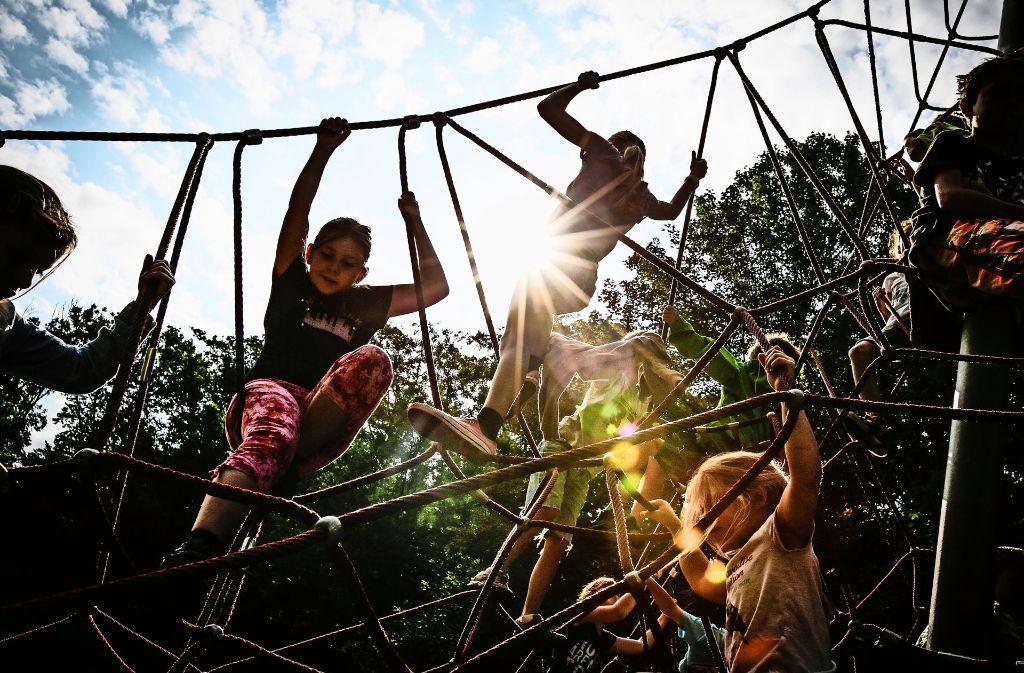 Klettern, toben, basteln und singen: die Waldheimfreizeiten während der Sommerferien bieten vielen Kindern eine willkommene Abwechslung. Foto: Archiv Leif Piechowski