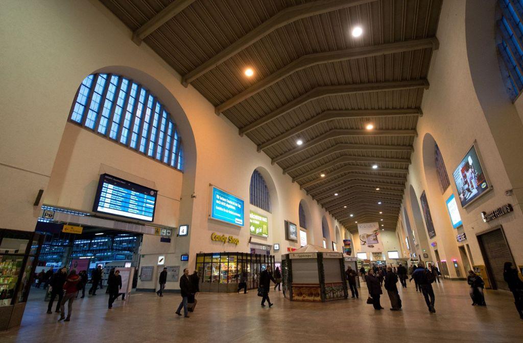 Ein Mann stieß eine Frau am Stuttgarter Hauptbahnhof rabiat auf den Boden. Foto: dpa