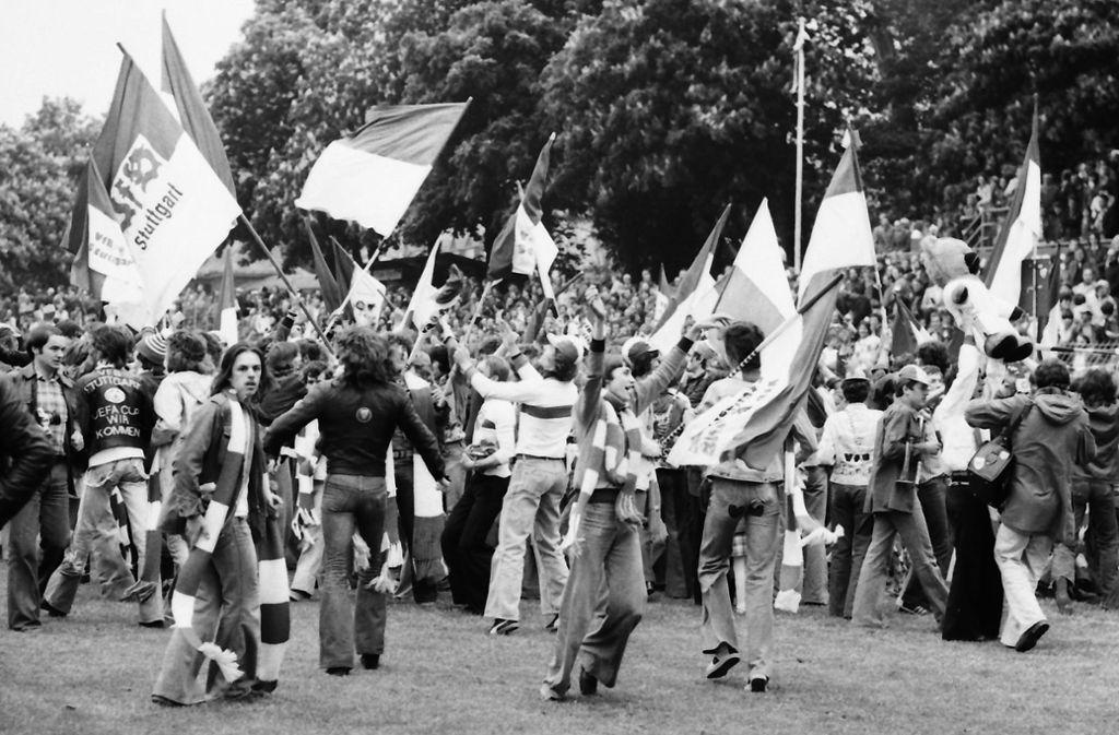 In den 70er Jahren kam die Fan-Szene in Schwung. Hier bejubeln mitgereiste Fans 1977 in Trier den Bundesligaaufstieg.  Foto: Baumann