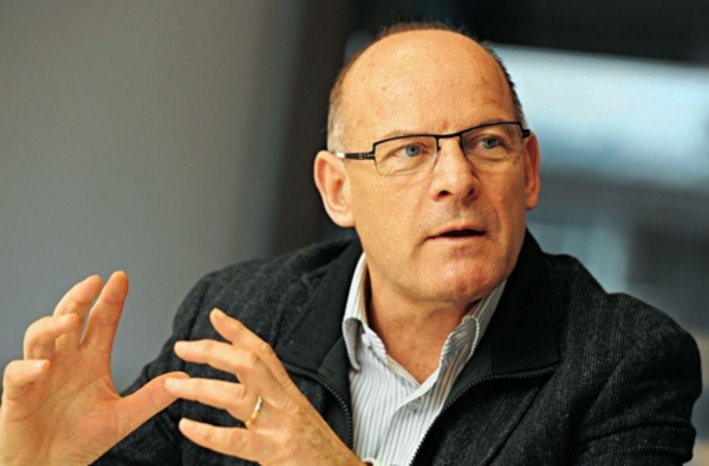 Landesverkehrsminister Winfried Hermann (Grüne) greift  für die Güterumfahrung bei Freiburg und für die Bürgertrasse im Markgräfler Land tief in die Landeskasse. Foto: dpa