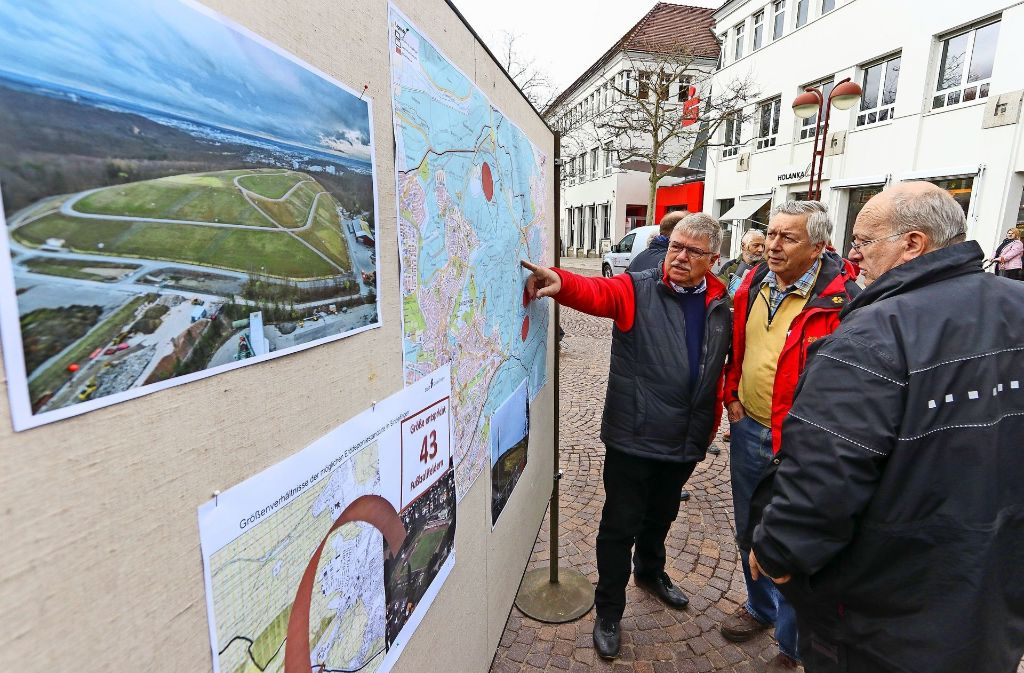 An   Plänen und Karten informierten  sich die Bürger. Foto: factum/Granville