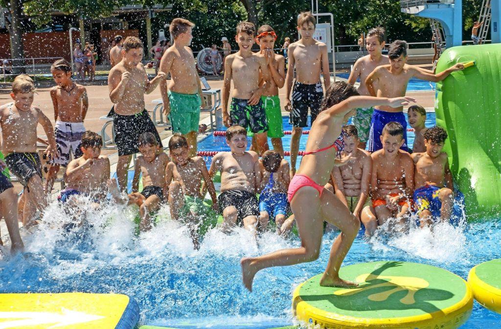 """Nicht nur bei der """"School is out""""-Party ist das Leobad rappelvoll gewesen. Vor allem im Juli sind die Massen ins Bad geströmt. Foto: factum/Archiv"""