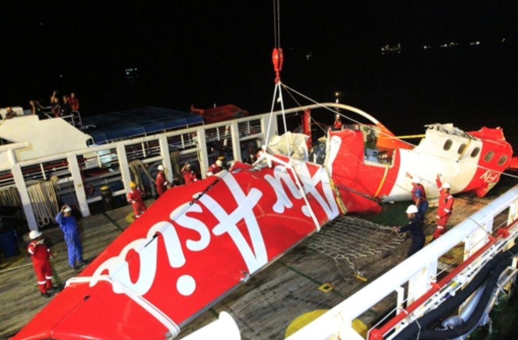 Das AirAsia-Flugzeug war vor gut zwei Wochen abgestürzt. Nun konnten Taucher den Flugschreiber bergen. Foto: dpa