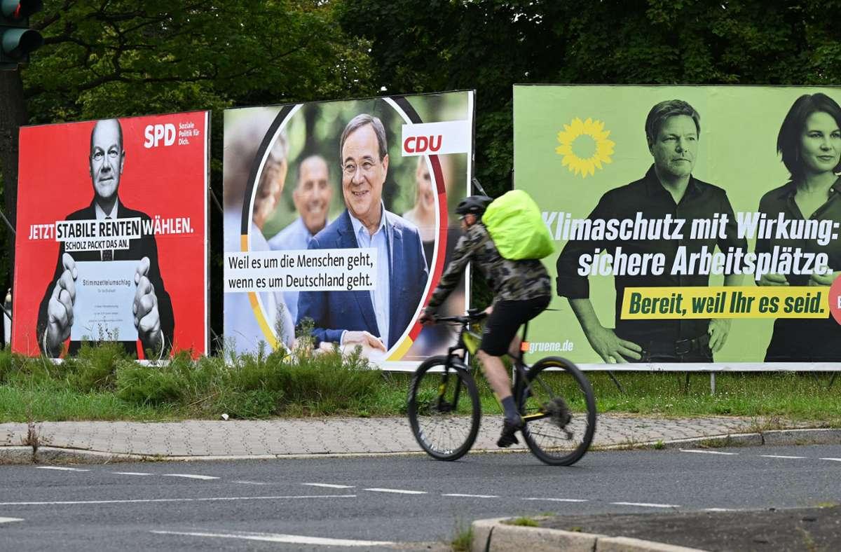 Wahlplakate der Spitzenkandidaten – der bisherige Wahlkampf ist eine Geschichte voller Aufs und Abs. Klicken Sie sich hier durch unsere Bildergalerie! Foto: dpa/Arne Dedert