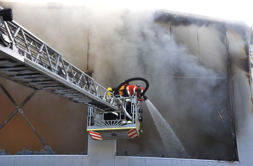 Feuerwehrleute bekämpfen in Benningen ein Feuer. Foto: Andreas Rosar Fotoagentur-Stuttgart