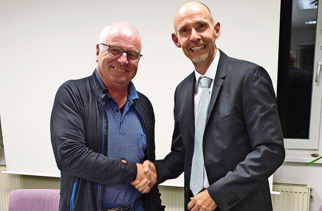 Jens Schneider (rechts) ist der neue Ortsvorsteher von Warmbronn. Thomas Hoene wird als Stellvertreter bestätigt und gratuliert. Foto: LKZ/Otto