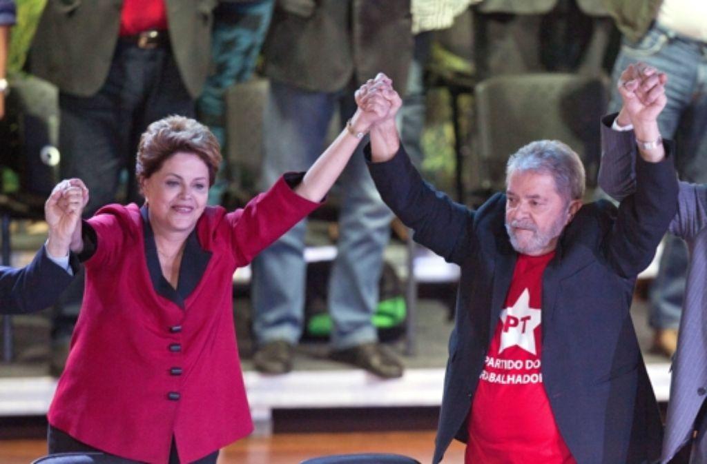 Die brasilianische Präsidentin Dilma Rousseff und der frühere Präsident Luiz Inacio Lula bei einer Veranstaltung in Sao Paulo. Lula muss womöglich in U-Haft. Foto: dpa
