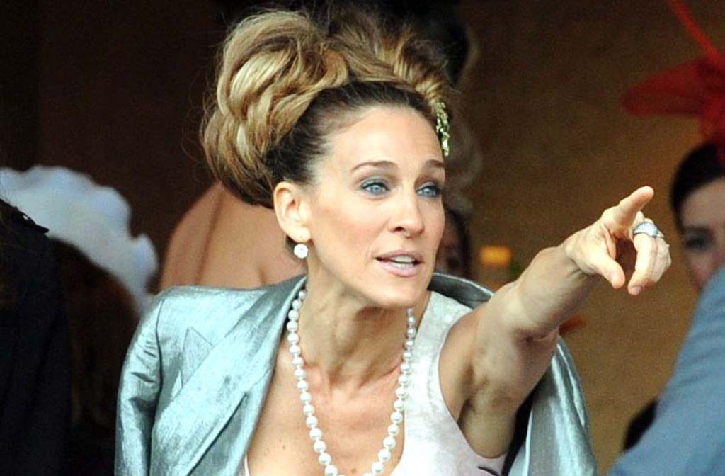Sarah Jessica Parker winkt ihren Fans mit der linken Hand. Auch ihr Ehemann Matthew Broderick ist übrigens mit links geschickter. Foto: dpa