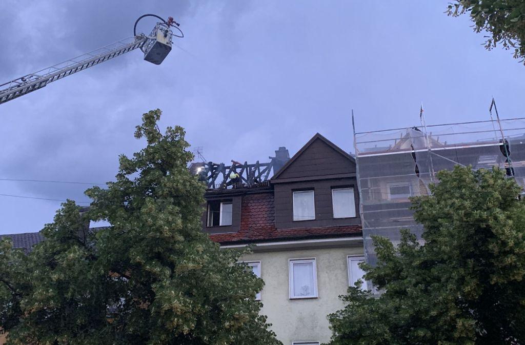 In Ludwigsburg hat ein Dachstuhl Feuer gefangen. Foto: SDMG/SDMG / Hemmann