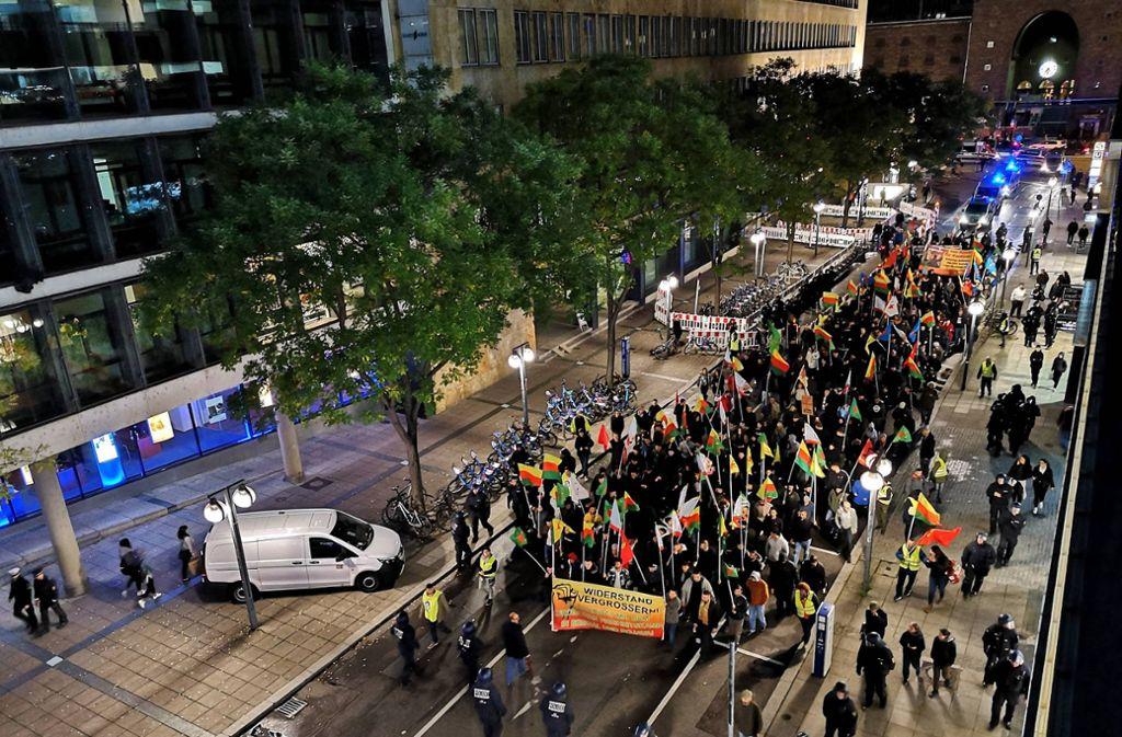 In Stuttgart haben mehrere Hundert Menschen gegen den Einmarsch der Türkei in Nordsyrien demonstriert. Foto: 7aktuell.de/Mehmet Okatan