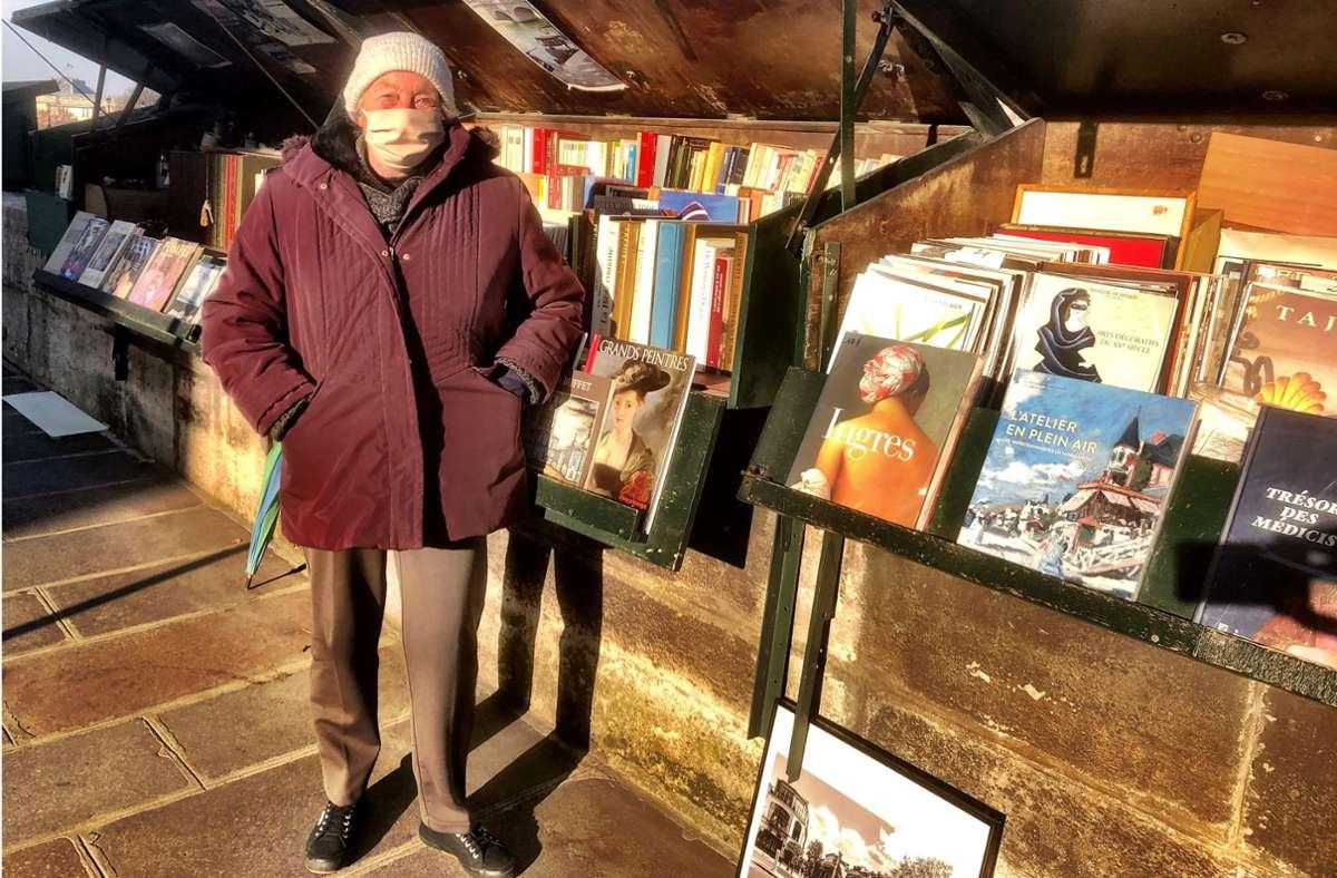 Die Buchverkäuferin Marie-Christine Thieblement ist eine von 227 Bouquinistes in Paris. Seit Jahrzehnten verkauft sie ihre Kunstbücher an der Seine, die die Pandemie macht ihr das Leben besonders schwer. Foto: Krohn/Krohn