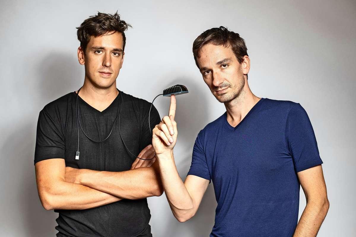 Die ersten paar Hundert Modelle der ultraleichten Computermaus haben Patrick (rechts) und Dominik Schmalzried in der elterlichen Garage produziert. Foto: privat