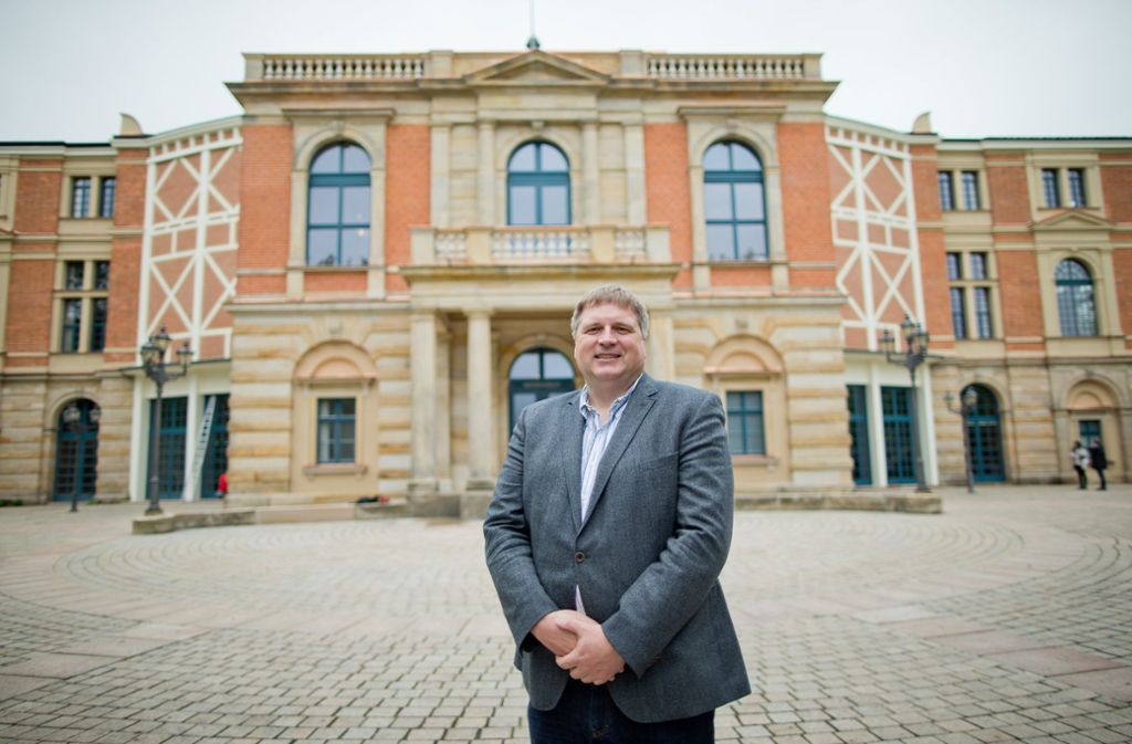 """Sein Vertrag wird nicht verlängert: der Geschäftsführer der Bayreuther Festspiele, Holger von Berg, aufgenommen vor dem so genannten """"Königsbau"""" des Festspielhauses. Foto: dpa/Daniel Karmann"""