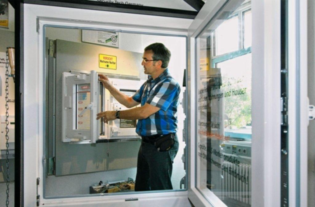 Gerhard Hollenwenger zeigt, wie Fenster einbruchssicher sind. Foto: factum/Bach