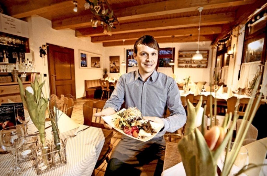 Michael Maisch serviert in seinem Restaurant auch geschmälzte Maultaschen. Foto: Steinert