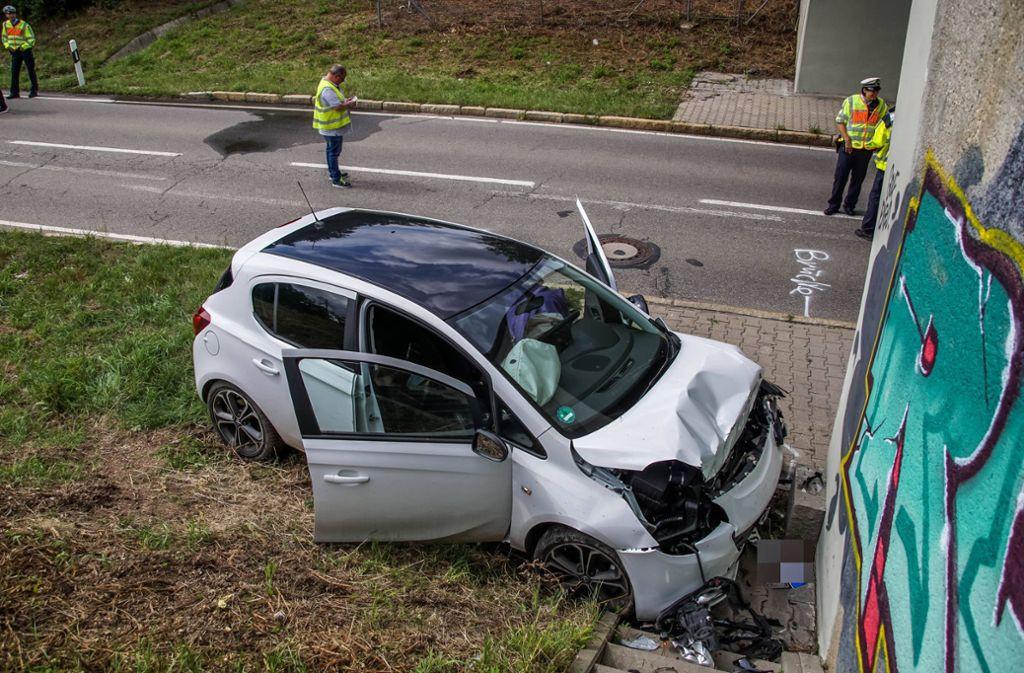 Das Fahrzeug ist gegen die rechte Seite einer Unterführung geprallt. Foto: 7aktuell.de/Andreas Werner