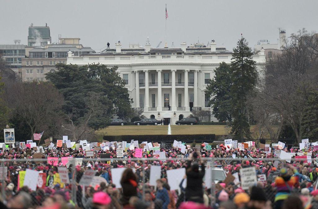 Hunderttausende Menschen haben sich aus Protest gegen den neuen Präsidenten vor dem Weißen Haus in Washington versammelt – angeblich mehr, als zur Inauguration von Donald Trump. Foto: AFP