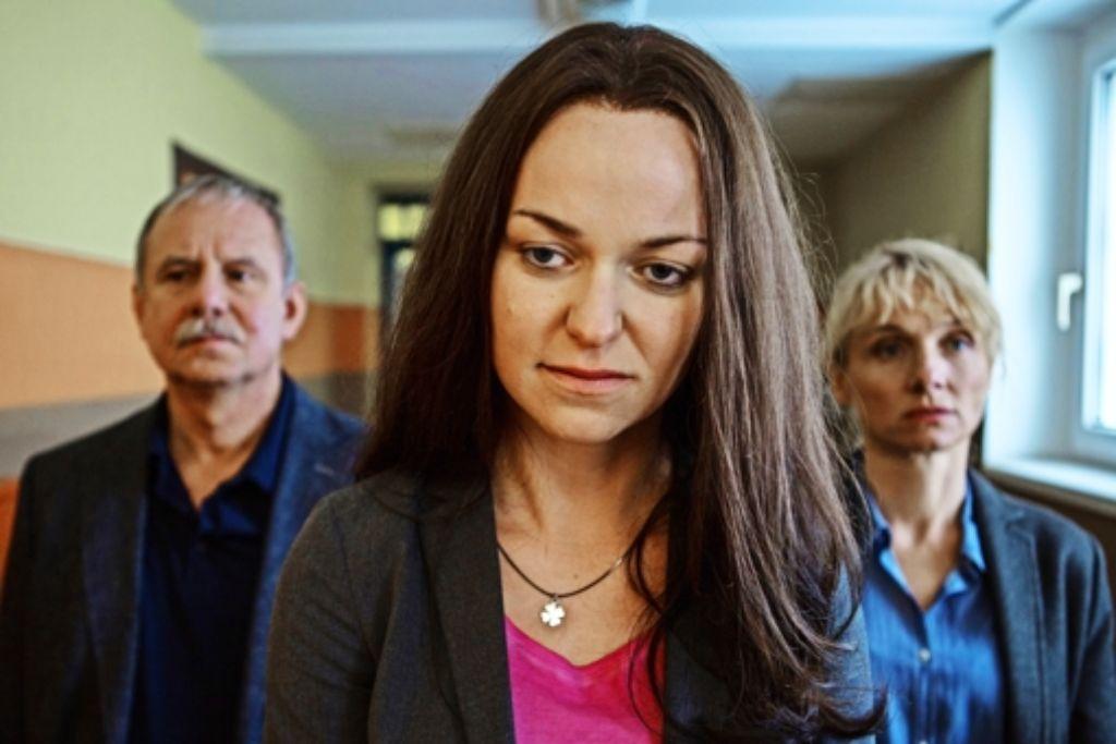 Beate Zschäpe (Lisa Wagner, Mitte) in Begleitung zweier BKA-Beamten (Joachim Król, li., Christina Große, re.) Foto: ZDF