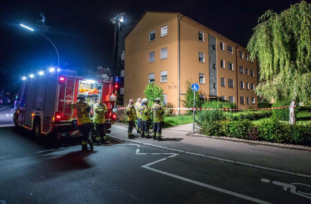 Fellbacher Feuerwehrleute vor dem Tatort in der Esslinger Straße. Foto: 7aktuell.de/Simon Adomat