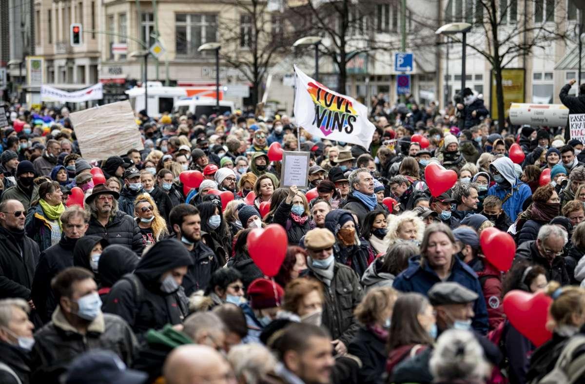 In vielen Deutschen Städten – wie hier in Berlin –  ist es am Samstag zu Demonstrationen gegen die Corona-Maßnahmen gekommen. Wie es vor Ort aussah, sehen Sie in unserer Bildergalerie. Foto: dpa/Fabian Sommer