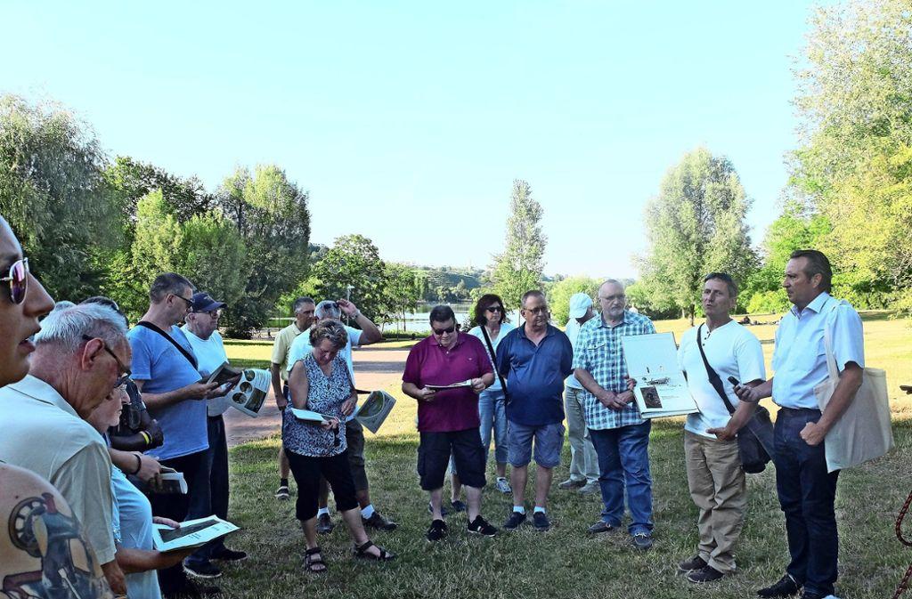 Kilian Bezold (2. von rechts) informierte den Bezirksbeirat am Max-Eyth-See über die neue Beschilderung. Foto: