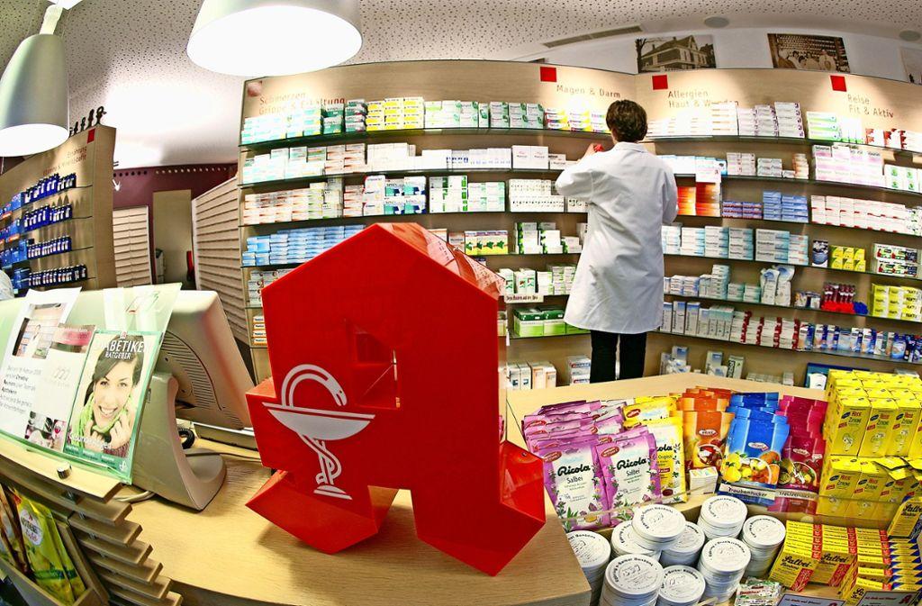 Versandapotheken machen den Filialen vor Ort Konkurrenz, unter anderem mit günstigeren Preisen. Die Pharmazeuten müssen sich dieser Herausforderung stellen. Foto: dpa