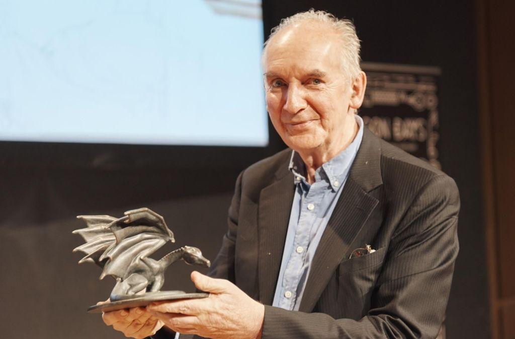 Der begnadete Zeichner Alan Lee mit dem Ehrenpreis der Dragon Days, dem Schwäbischen Lindwurm. Foto: Festival
