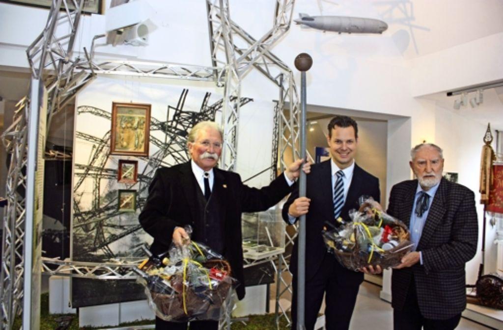 Bürgermeister Carl-Gustav Kalbfell   (Mitte) hat das Engagement von Museumsleiter Wolfgang Haug (li.) und  vom Fördervereinsvorsitzenden Hans Huber gewürdigt. Foto: N.  Kanter