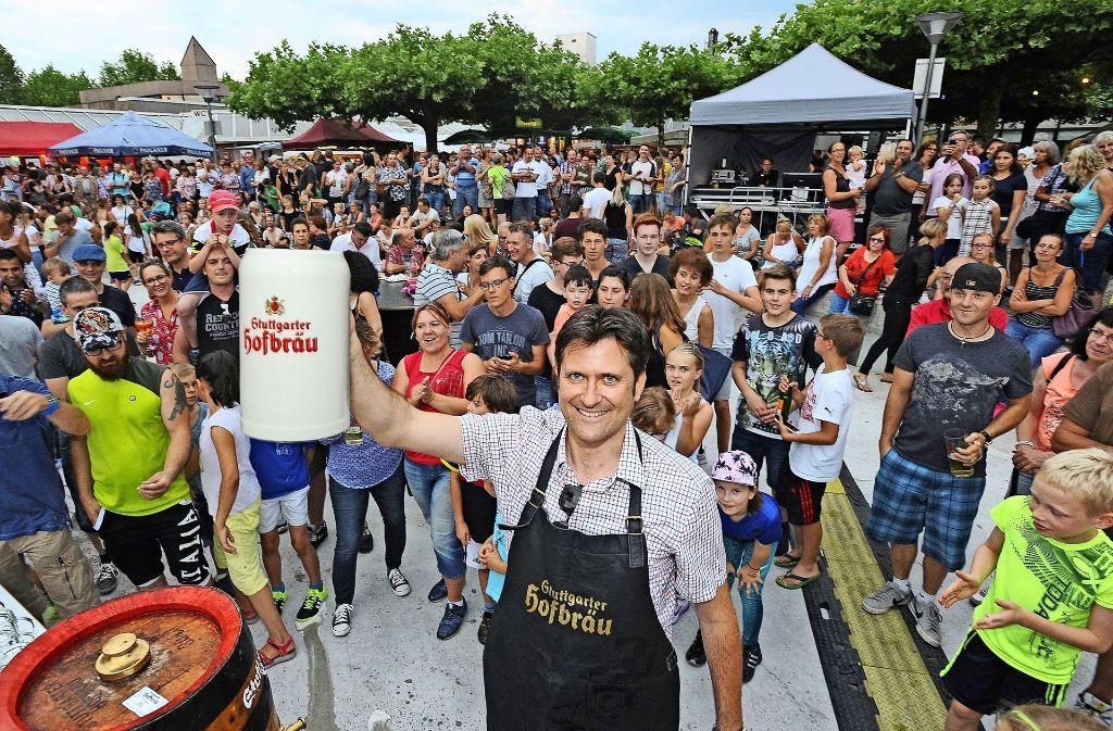 In Zukunft wird der Bürgermeister Dirk Schaible nur noch alle zwei Jahre das Bierfass für das Freiberger Bürgerfest anstechen. Foto: Werner Kuhnle
