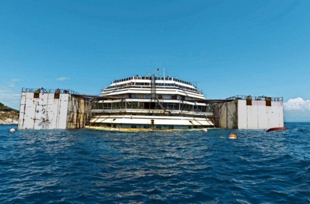Alles läuft nach Plan: Die Costa Concordia liegt waagrecht vor der Küste Giglios. Sie hebt sich um zwei Meter. Foto: dpa