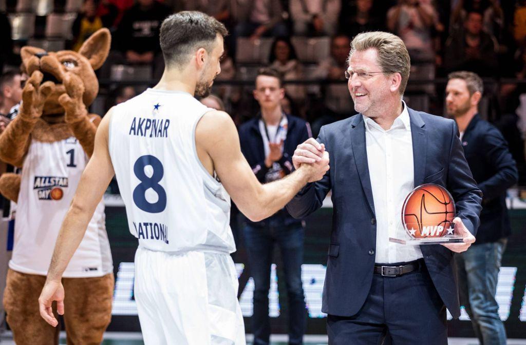 In der Kritik: BBL-Geschäftsführer Stefan Holz (rechts/beim All-Star-Game 2019 in Trier mit dem als bestem Spieler ausgezeichneten Ismet Akpinar) Foto: imago/Beautiful Sports/Wunderl